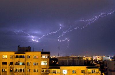 Meteo. Avertisment ANM: Cod portocaliu de furtuni în judeţele Bacău şi Neamţ