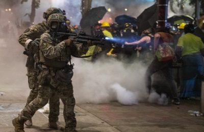 """Trupe paramilitare au fost trimise pe străzile din Portland. Trump, avertizat """"să nu folosească agenţiile federale ca pe o armată personală"""""""