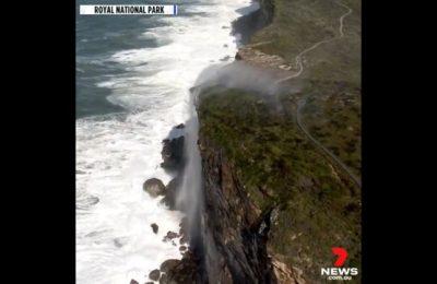 """VIDEO Cascada care curge invers în Australia. """"Tipic pentru 2020"""". Care este explicaţia"""