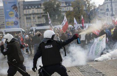 Proteste dure la Varşovia. Forţele de ordine au folosit gaze lacrimogene pentru a dispersa manifestanţii