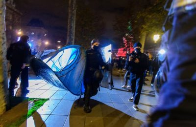 """VIDEO Poliţia a îndepărtat cu forţa migranţii din piaţa centrală a Parisului într-o scenă descrisă de Ministrul de Interne drept """"şocantă"""""""