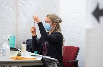 Proiectul care prevede acordarea unei zile libere pentru vaccinare, adoptat în Comisia pentru Muncă