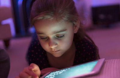 Lipiţi de ecrane. 42% din copii petrec zilnic între două şi 5 ore în faţa ecranelor. Ce pot face părinţii?