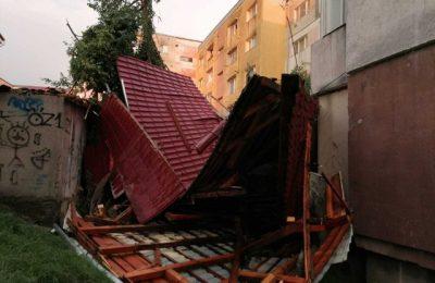 FOTO Efectele fenomenelor meteo extreme: acoperişuri smulse şi copaci doborâţi. Un arbore a căzut peste doi copii